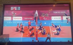 The sitting volleyball event in the Paralympics is displayed on a TV.